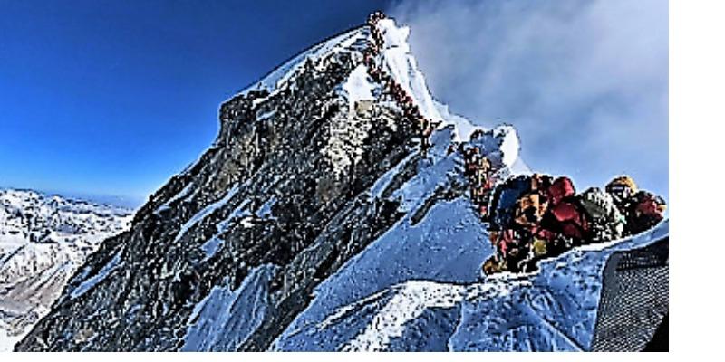 Marco Arezio - Consulente materie plastiche - Coda di alpinisti per raggiungere la vetta (mountain wilderness) 3