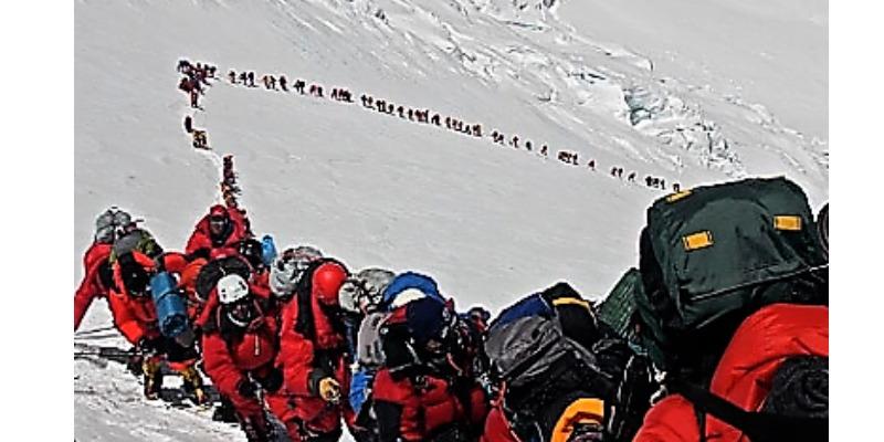 Marco Arezio - Consulente materie plastiche - Coda di alpinisti per raggiungere la vetta (mountain wilderness)