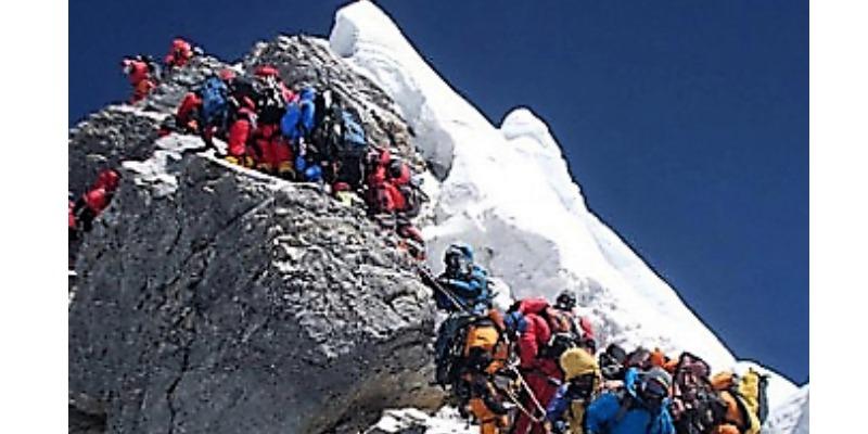 Marco Arezio - Consulente materie plastiche - Coda di alpinisti per raggiungere la vetta (mountain wilderness) 2